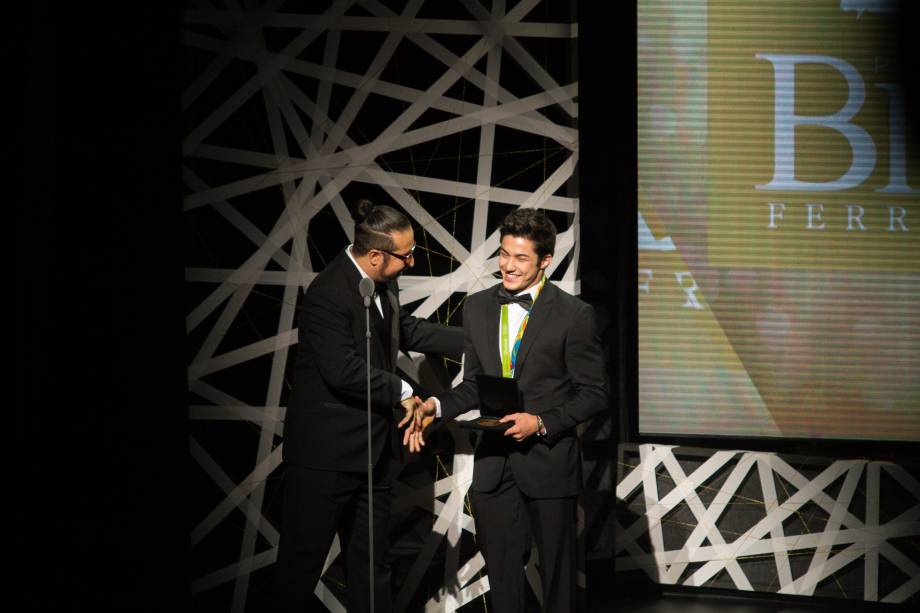 Arthur Nory entregou a Medalha Arthur Azevedo (Foto: Natália Luz)