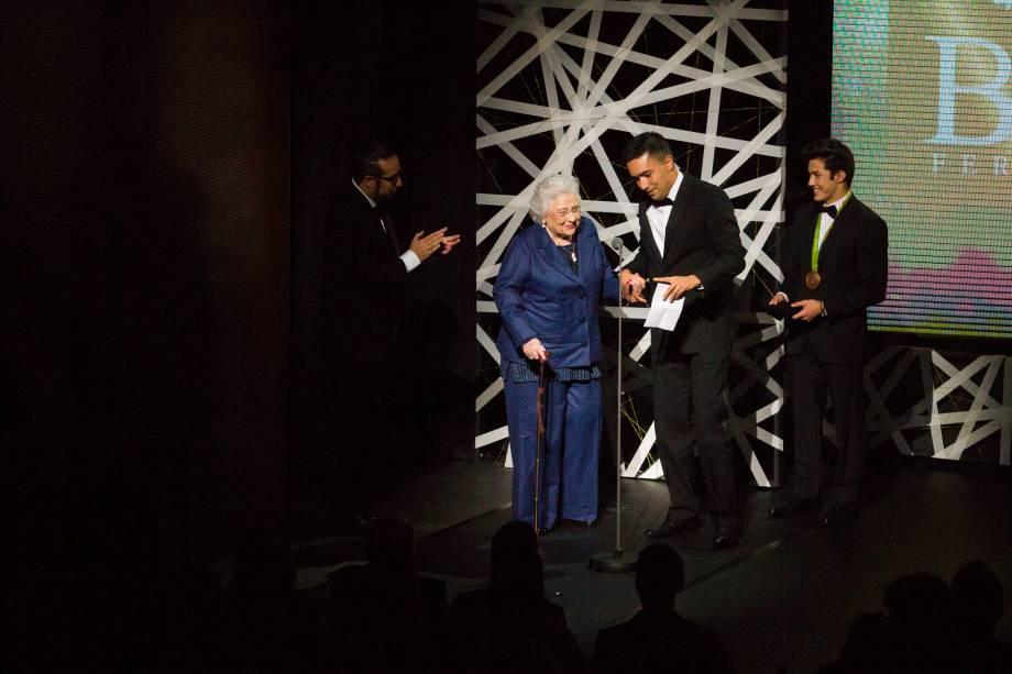 A medalha foi entregue à Lia Maria Aguiar por seu trabalho na formação de novos artistas em Campos do Jordão (Foto: Natália Luz)