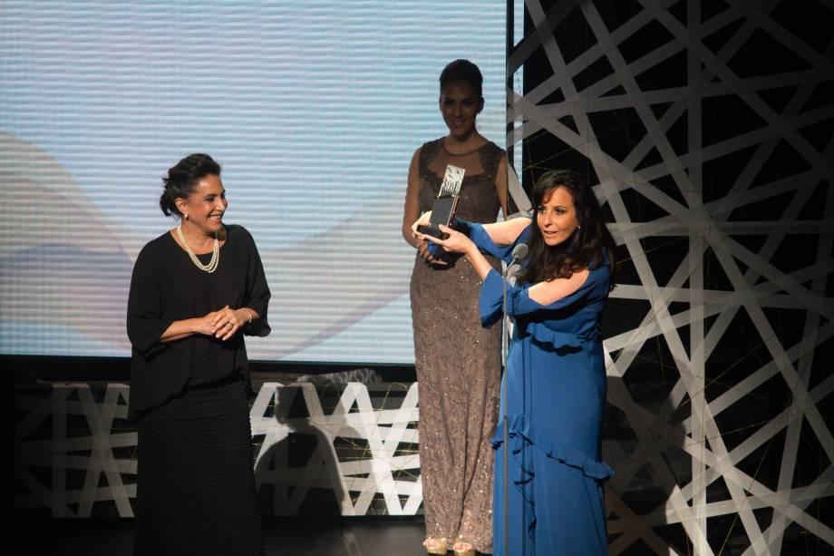 Fernanda Chamma recebe de Totia Meirelles o prêmio de Melhor Coreografia por Antes Tarde do Que Nunca (Foto: Natália Luz)