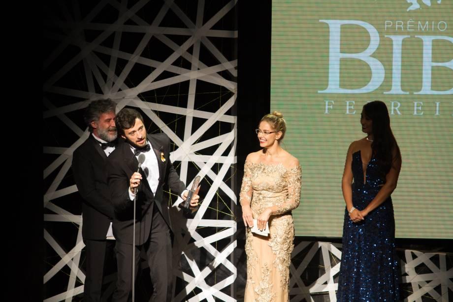 Bianca Rinaldi e Leopoldo Pacheco entregaram o prêmio de Melhor Ator Coadjuvante para Patrick Amstalden, de O Musical Mamonas (Foto: Natália Luz)