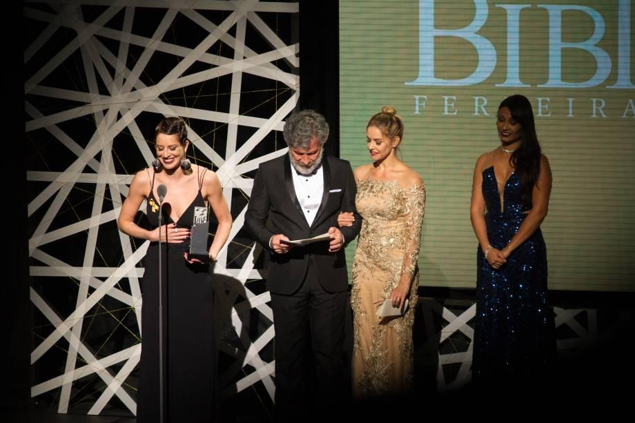 Jana Amorim levou o prêmio de Melhor Atriz Coadjuvante por Antes Tarde do Que Nunca (Foto: Natália Luz)