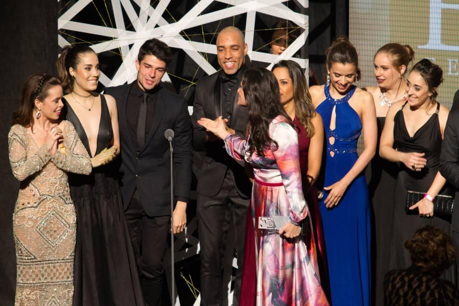 Elenco de Wicked comemora os prêmios de Melhor Musical pelo júri e também pelo voto popular (Foto: Natália Luz)