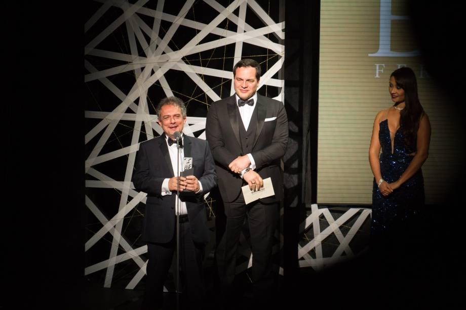 Daniel Boaventura entregou o prêmio de melhor direção para João Falcão, o aniversariante da noite e responsável por Gabriela - Um Musical (Foto: Natália Luz)