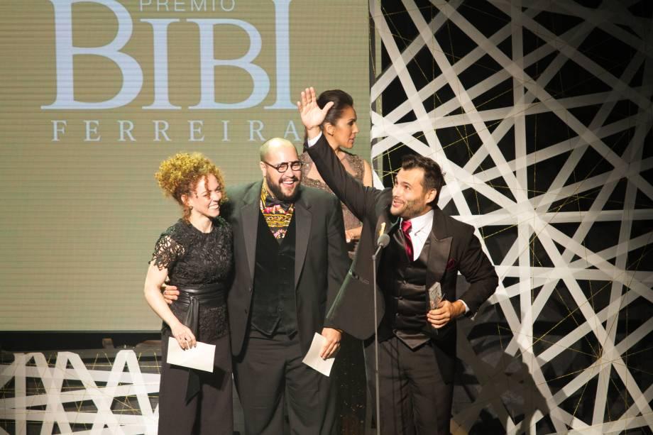 Tiago Abravanel entregou o prêmio de Melhor Ator para o colega de elenco, Leandro Luna (Foto: Natália Luz)