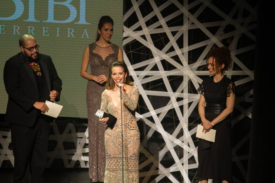 Fabi Bang recebeu a estatueta de melhor atriz pela personagem Glinda, de Wicked (Foto: Natália Luz)