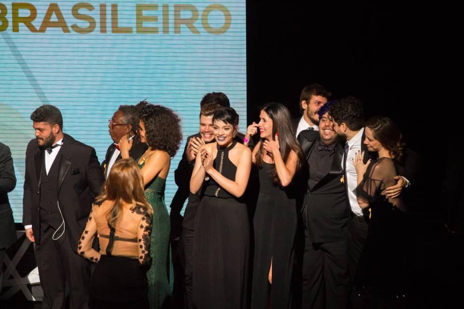 Elenco de Gabriela - Um Musical comemora a estátua de Melhor Musical Brasileiro (Foto: Natália Luz)