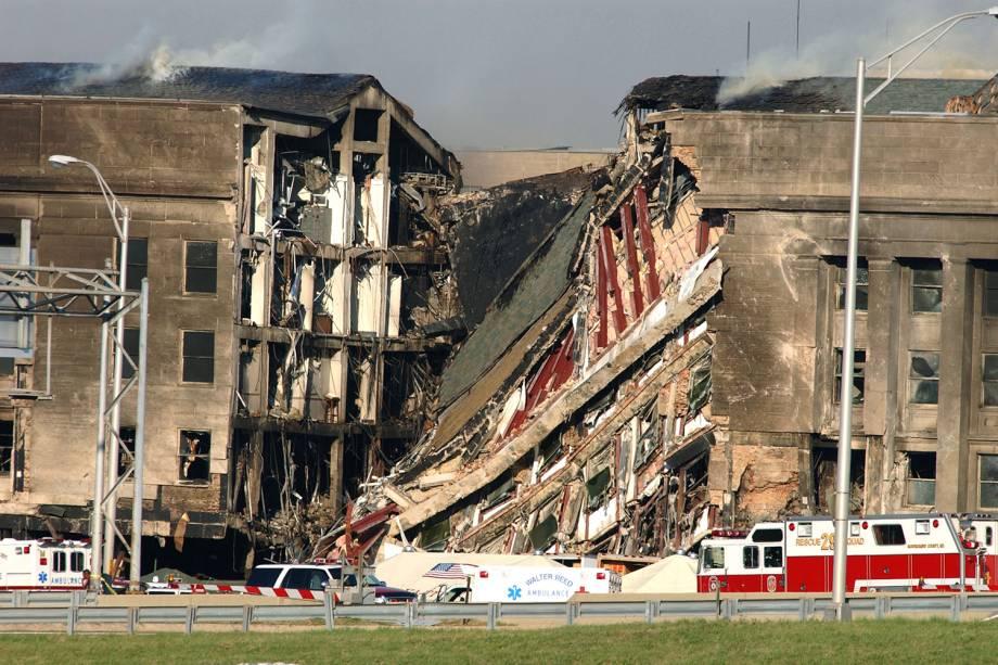O Boeing 757 se choca com o Pentágono - sede do Departamento de Defesa dos Estados Unidos - localizado no estado da Virgínia. 189 pessoas morreram - 11/09/2001
