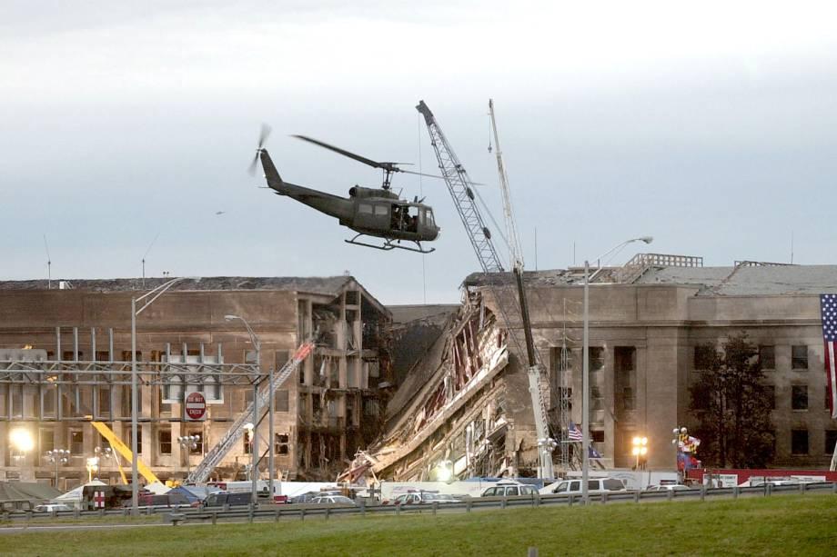 O Boeing 757 da American Airlines pilotado por terroristas se choca com o Pentágono - sede do Departamento de Defesa dos Estados Unidos - localizado no estado da Virgínia