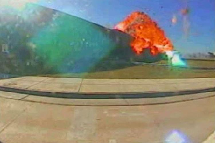 Câmera de segurança mostra o momento em que o Boeing 757, pilotado por terroristas, se choca com o Pentágono