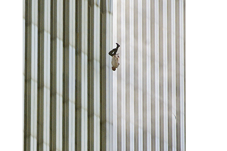 Homem se joga do alto de uma das torres do World Trade Center, na ilha de Manhattan, nos Estados Unidos