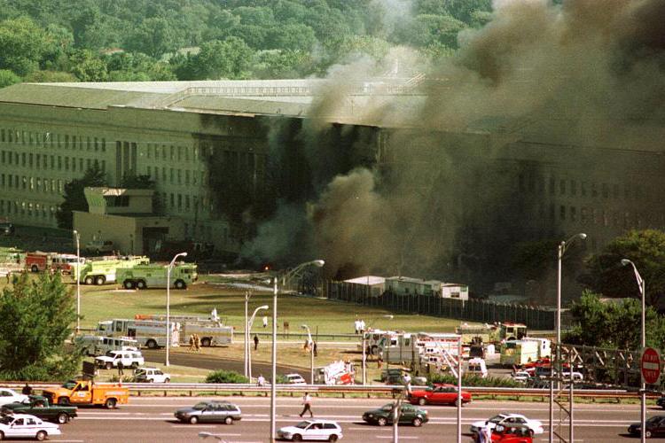 O Boeing 757, pilotado por terroristas, se choca com o Pentágono - sede do Departamento de Defesa dos Estados Unidos - localizado no estado da Virgínia, matando 125 funcionários no prédio e 64 pessoas a bordo da aeronave - 11/09/2001