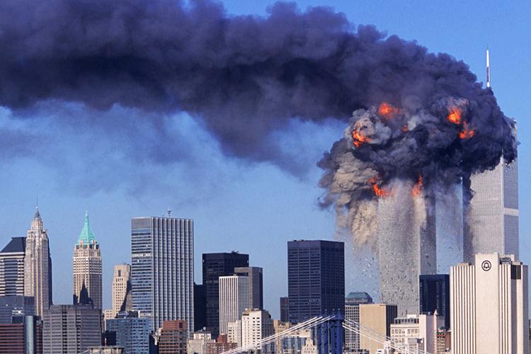 Na manhã do dia 11 de setembro de 2001, dois aviões comerciais foram sequestrados no Aeroporto de Boston por terroristas da Al Qaeda, e instantes depois atingiram intencionalmente as duas torres do maior complexo comercial do planeta