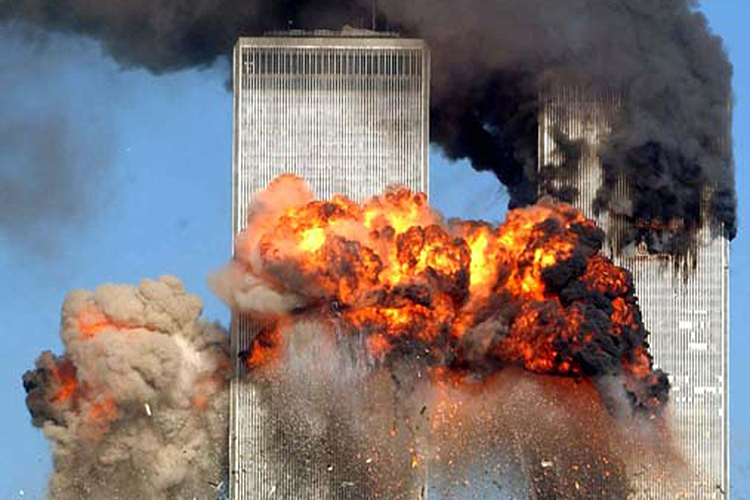 Voo 175 da United Airlines colide com a Torre Sul do World Trade Center, na Ilha de Manhattan, em Nova York, com 51 passageiros, nove tripulantes e os cinco sequestradores a bordo