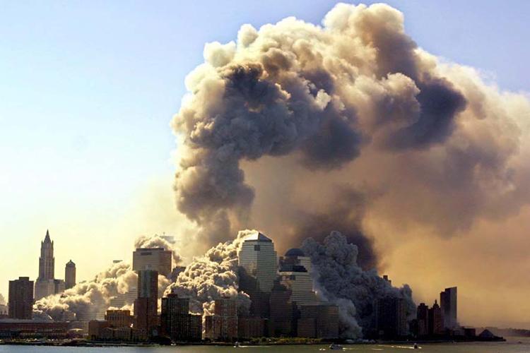 Torre Sul do World Trade Center desaba 57 minutos depois de ataque, na Ilha de Manhattan, em Nova York