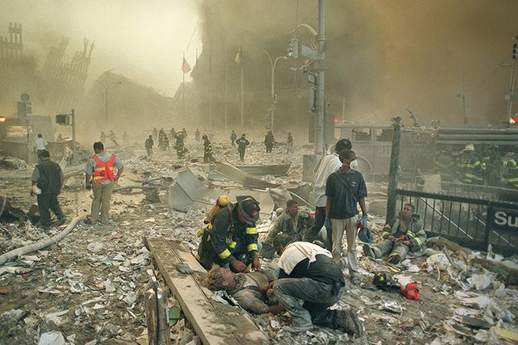 Bombeiros e paramédicos auxiliam feridos após os atentados terroristas ao World Trade Center