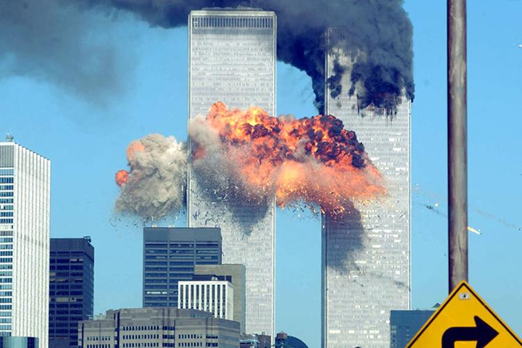 Voo 175 da United Airlines colide com a Torre Sul do World Trade Center, na Ilha de Manhattan, em Nova York, com 51 passageiros, nove tripulantes e os cinco sequestradores a bordo. Na manhã do dia 11 de setembro de 2001, dois aviões comerciais foram sequestrados no Aeroporto de Boston por terroristas da Al Qaeda, e instantes depois atingiram intencionalmente as duas torres do maior complexo comercial do planeta