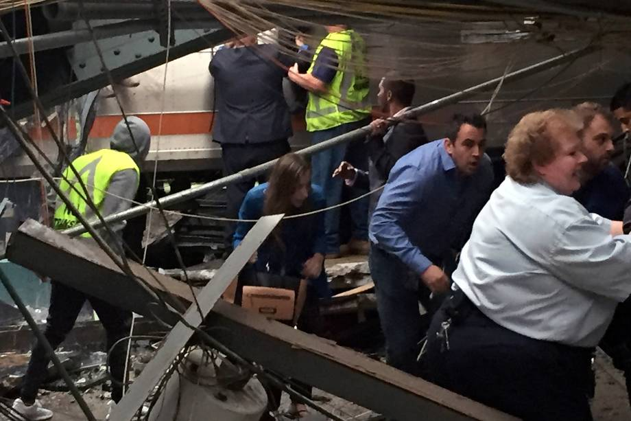Passageiros são retirados dentro de trem que descarrilou e feriu mais de 100 pessoas em em estação de Hoboken, no estado americano de Nova Jersey - 29/09/2016
