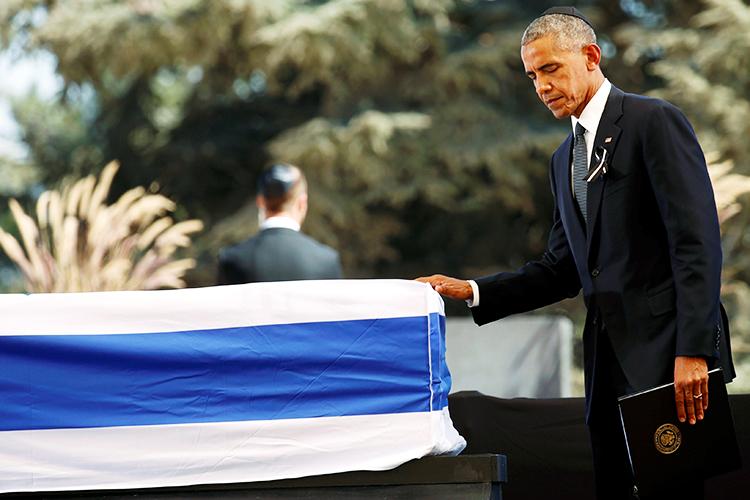 O presidente dos Estados Unidos, Barack Obama, toca caixão coberto pela bandeira de Israel, durante funeral do ex-presidente Shimon Peres - 30/09/2016