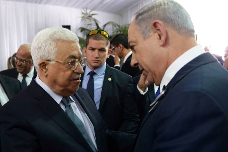 O primeiro-ministro israelense, Benjamin Netanyahu (dir), cumprimenta o presidente da Palestina Mahmoud Abbas (esq), durante o funeral de Shimon Peres em Jerusalém - 30/09/2016