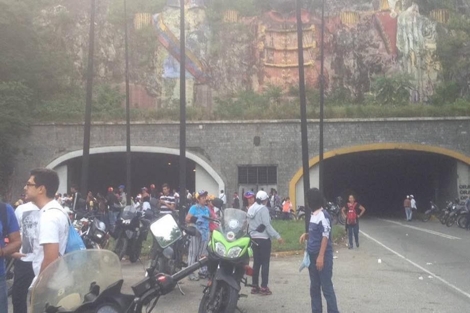 Manifestantes de oposição pedem a saída do presidente venezuelano de Nicolás Maduro, em Caracas