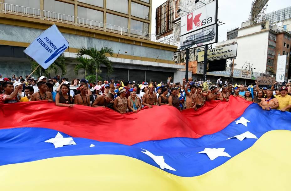 Indígenas venezuelanos participam da marcha contra o Presidente Nicolás Maduro, em Caracas, Venezuela - 01/09/2016