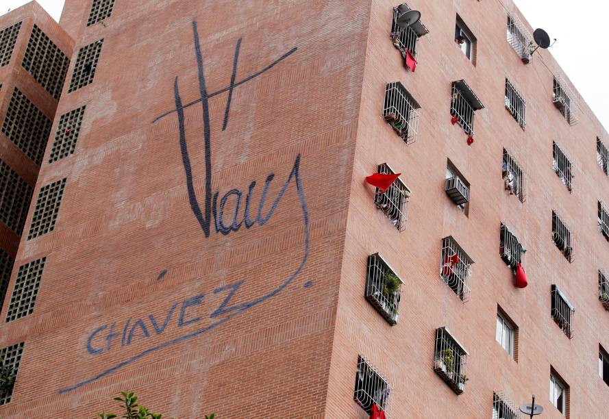 Apoiadores de Nicolás Maduro penduram bandeiras vermelhas pela janela enquanto oposição reivindica saída do presidente - 01/09/2016