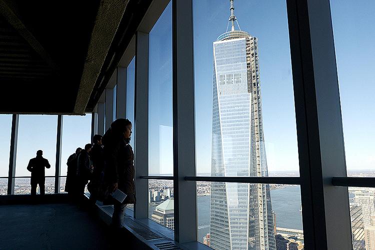 Público observa a Torre 4 do novo World Trade Center, na Ilha de Manhattan, em Nova York - 13/11/2013