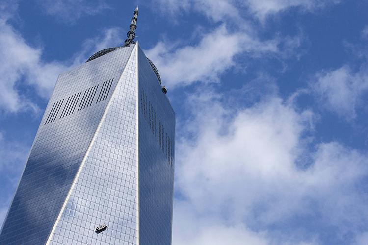 Limpadores de janelas executam serviço na Torre 1 do novo World Trade Center, na Ilha de Manhattan, em Nova York - 12/11/2014