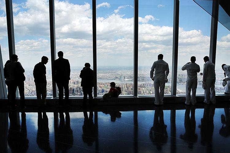 Público observa a Ilha de Manhattan, no Observatório da Torre 1 do novo World Trade Center, em Nova York - 22/05/2015