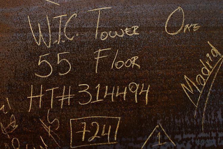 Palavras são escritas em uma chapa de aço do 55o andar do novo World Trade Center, em Nova York - 09/03/2011