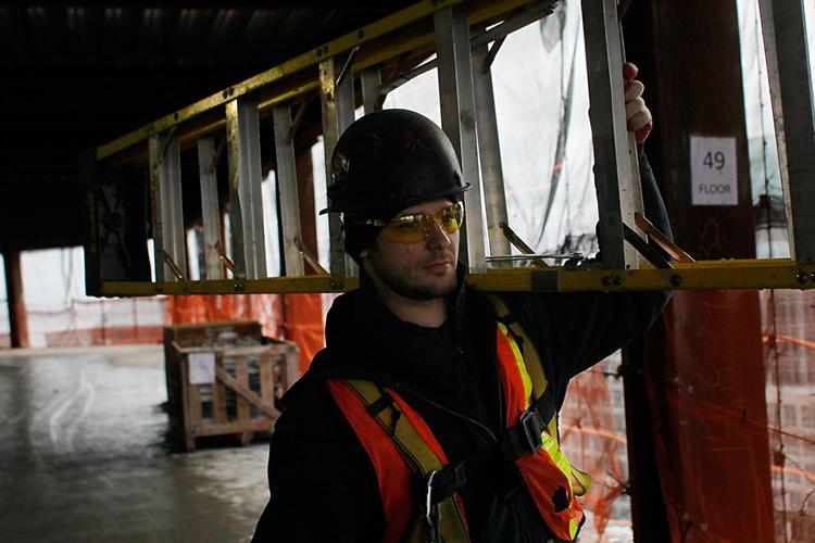 Homem carrega escada no 49o andar do novo World Trade Center, na Ilha de Manhattan, em Nova York - 09/03/2011