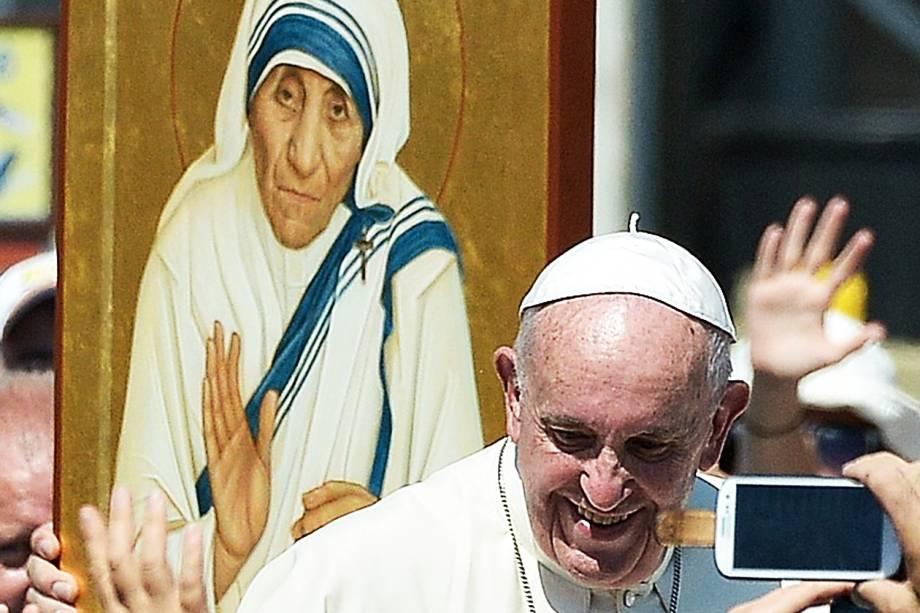 Papa Francisco cumprimenta fieis na cerimônia de canonização da Madre Teresa de Calcutá - 04/09/2016