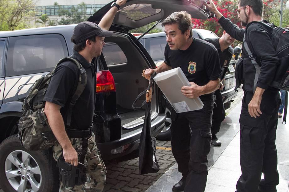 Malotes chegam à sede da Polícia Federal, em São Paulo, após condução coercitiva do ex-presidente da construtora OAS, Léo Pinheiro, como parte das ações previstas para a Operação Greenfield - 05/09/2016