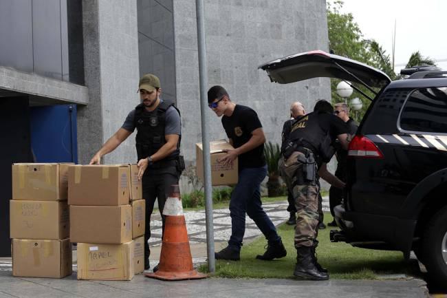 Policiais chegam à sede da Polícia Federal, em São Paulo, com material apreendido durante a Operação Greenfield