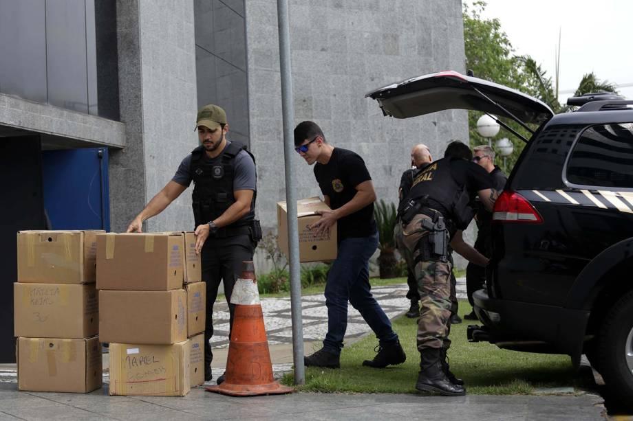 Policiais chegam à sede da Polícia Federal, em São Paulo, com material apreendido durante a Operação Greenfield - 05/09/2016
