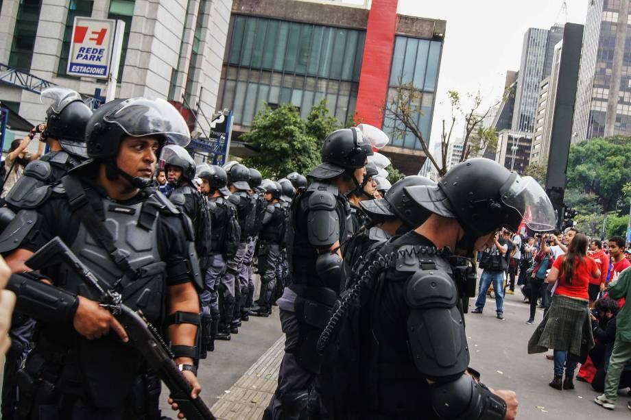 Policiais militares da Tropa de Choque acompanham a concentração de manifestantes na Avenida Paulista, em São Paulo, na tarde deste domingo (4), para ato contra o presidente recém-empossado Michel Temer e por novas eleições presidenciais.