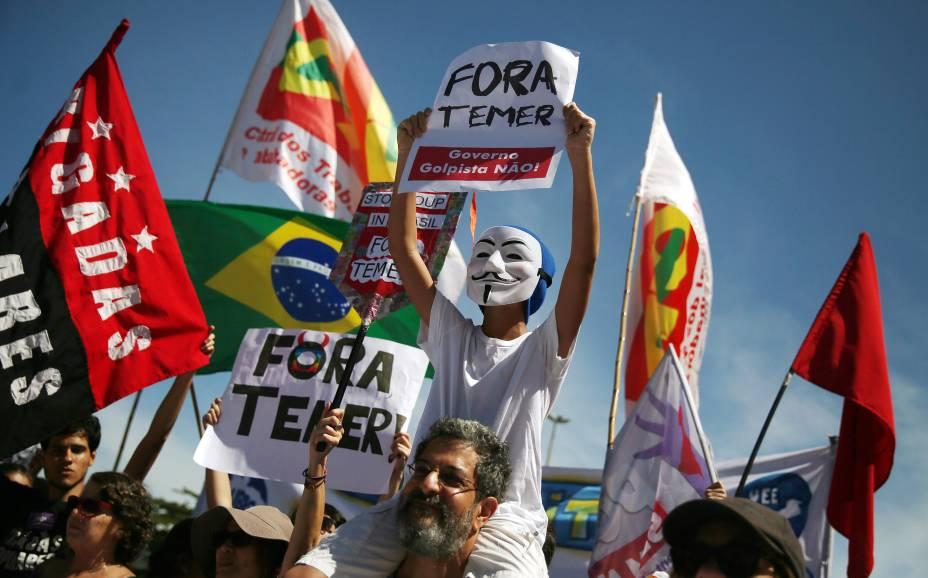 """Manifestantes se reúnem na orla da praia de Copacabana, na zona sul do Rio de Janeiro, para o protesto """"Fora Temer"""", contra o novo presidente do Brasil - 04/09/2016"""