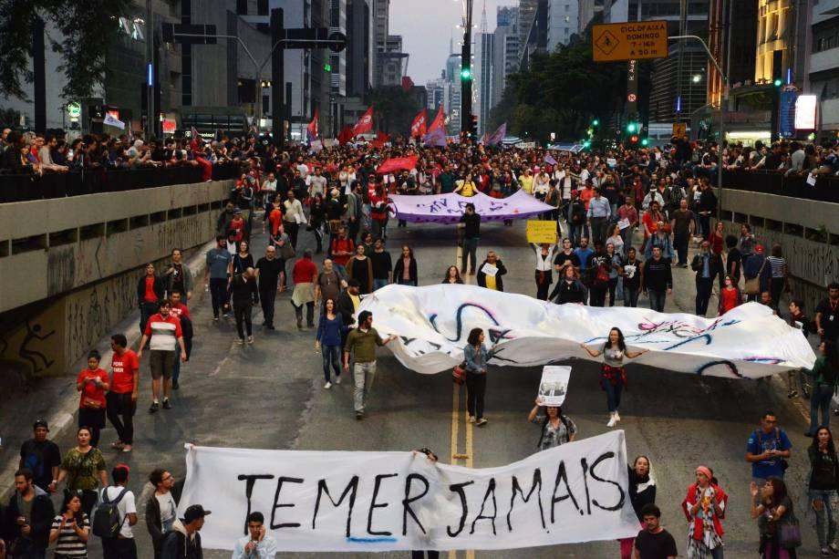 Manifestantes deixam a Avenida Paulista rumo à Avenida Rebouças, em São Paulo, no final da tarde deste domingo (4), durante protesto contra o presidente recém-empossado Michel Temer e por novas eleições presidenciais - 04/09/2016