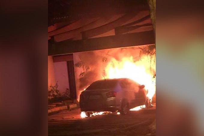 Carro incendiado durante ato contra o presidente Michel Temer, em Alto de Pinheiros, Zona Oeste de São Paulo