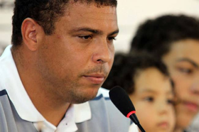 O jogador Ronaldo anuncia aposentadoria do futebol, durante coletiva em São Paulo (SP) - 14/02/2011