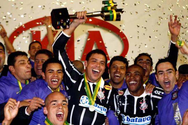 O jogador Ronaldo ergue a taça da Copa Brasil após o empate do Corinthians contra o Internacional que deu o título ao time paulista, no estádio Beira Rio, em Porto Alegre (RS) - 01/07/2009