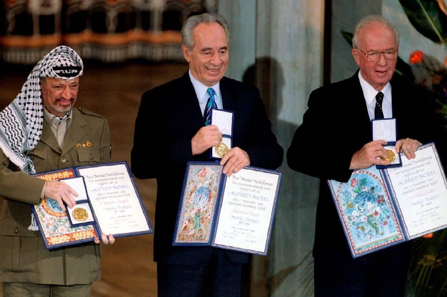 Shimon Peres (centro) recebe o Nobel da Paz com Yasser Arafat e Yitzak Rabin em 10-12-1994