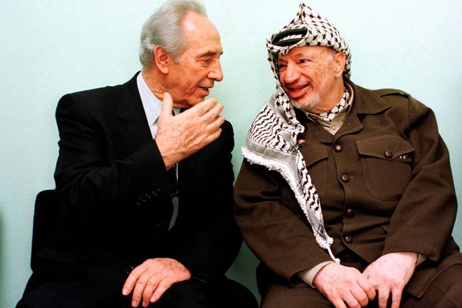O ex-presidente israelense e prêmio Nobel da Paz Shimon Peres e o ex-presidente palestino, Yasser Arafat em 13-10-1998