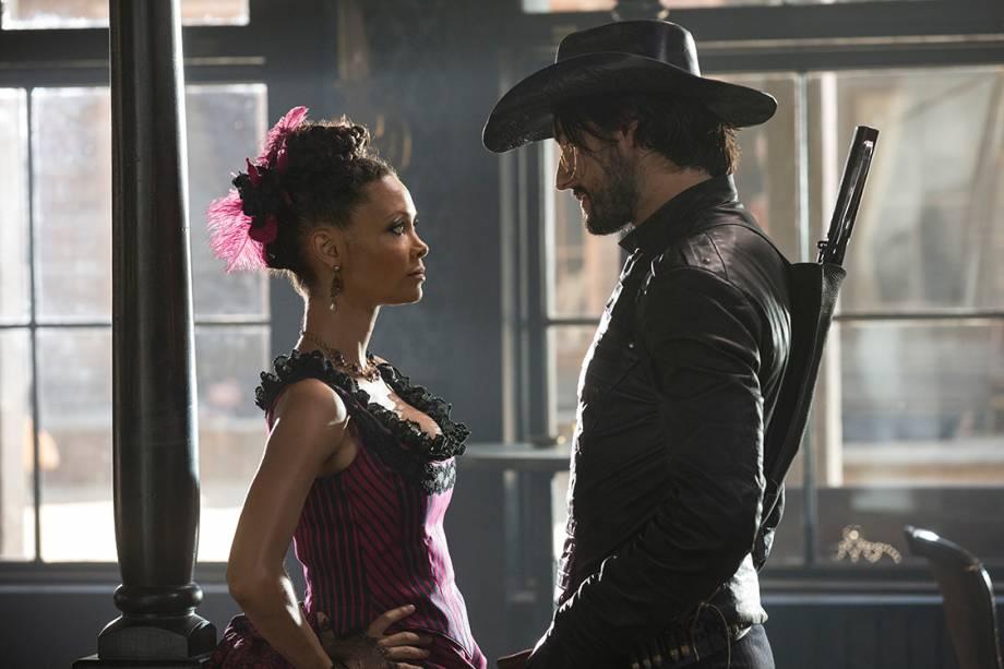 Rodrigo Santoro e Thandie Newton na série da HBO 'Westworld'
