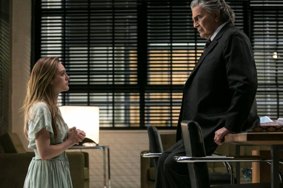 Helô (Isabelle Drummond) implora para que Fausto (Tarcísio Meira) tire seu pai, Jorge (Daniel Ribeiro), da cadeia em 'A Lei do Amor'