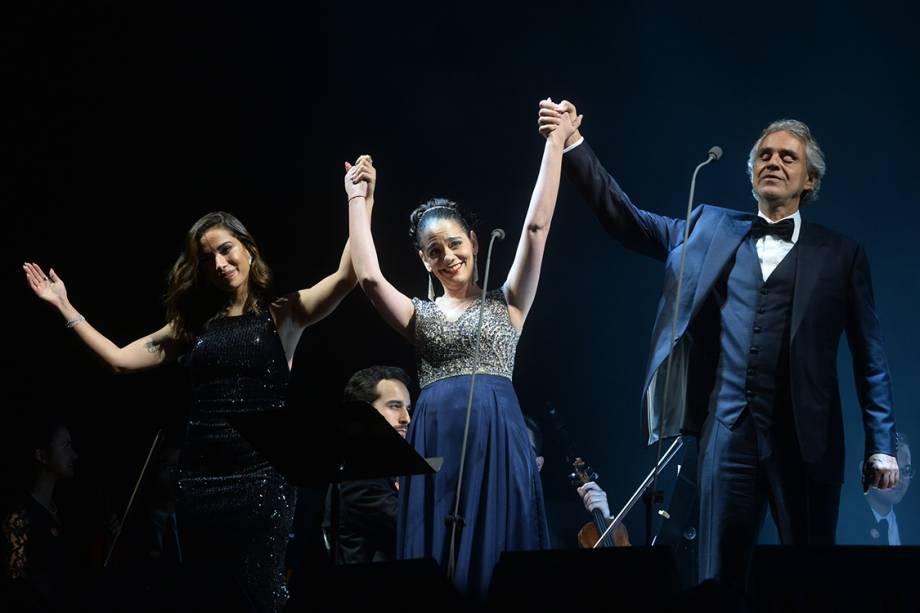 Compositor e cantor Andrea Bocelli e cantora Anitta agradecem ao público após apresentação no Allianz Parque, em São Paulo