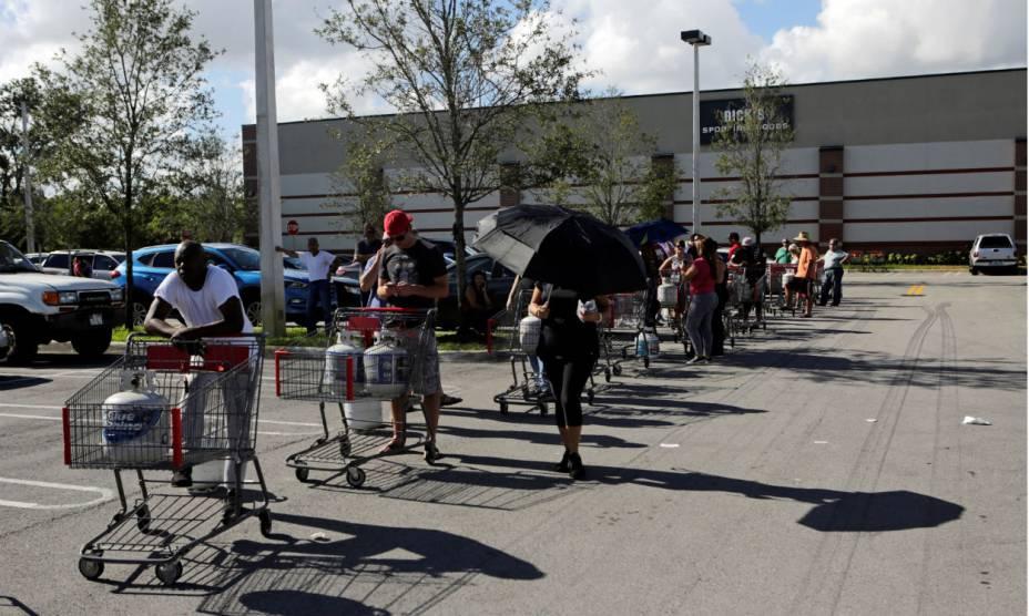 Americanos compram gás para se precaver do furacão Matthew