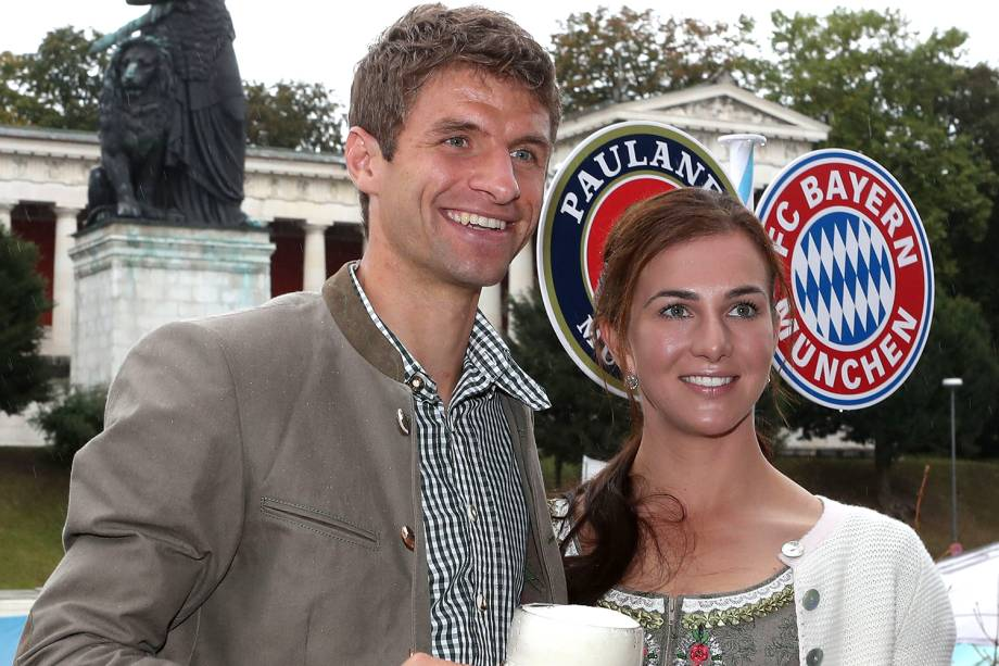 Thomas Müller e sua esposa, Lisa Müller, comparecem ao Oktoberfest, em Munique