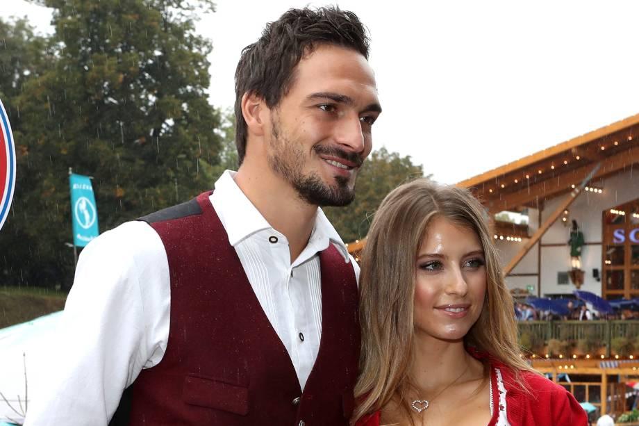 Mats Hummels e sua esposa Cathy Fischer comparecem ao Oktoberfest, em Munique