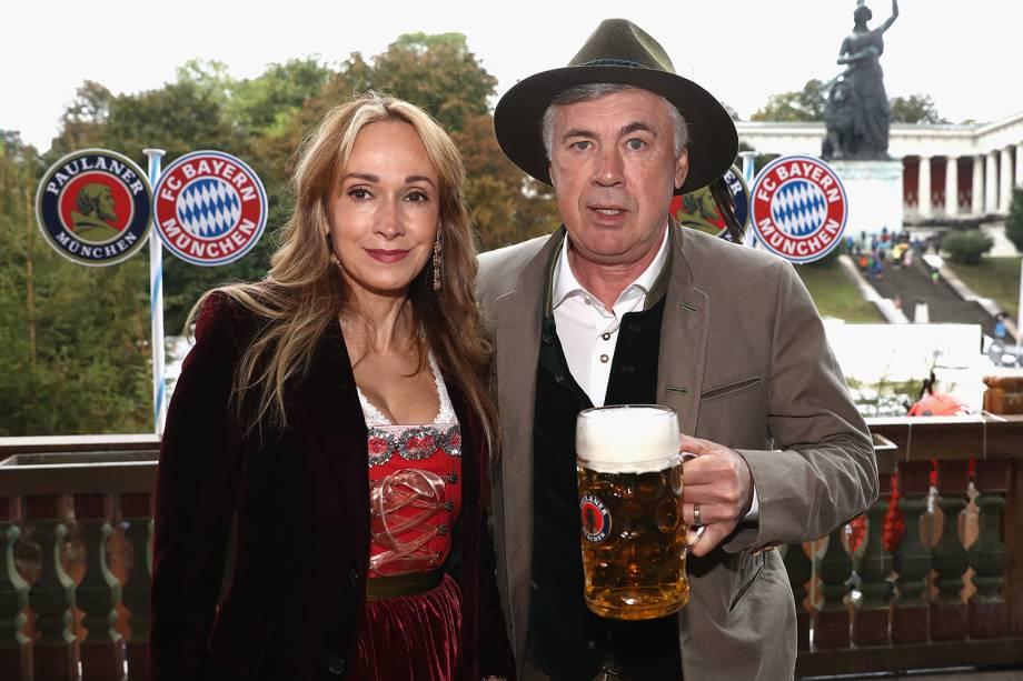 Técnico do Bayern de Munique, Carlo Ancelotti, posa para foto ao lado de sua esposa Mariann Barrena McClay, durante comemorações do Oktoberfest